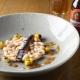Ensalada tibia de alubias, sardina ahumada y mango